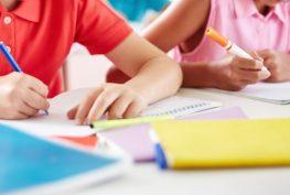 material-escolar-volta-as-aulas-crianca-na-escola-crianca-estudando-criancas-estudando-sala-de-aula-criancas-na-escola-1452088957910_1920x1279-1